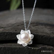小银匠天然珍珠荷花吊坠纯银项链,在锁骨间婷婷绽放的洁白花朵