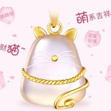 六福珠宝招财猫黄金吊坠项链,少女感十足的萌系吉祥物